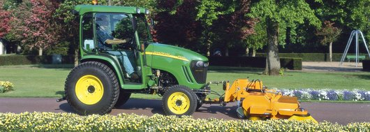 John Deere Traktor kehrt Wege  John Deere