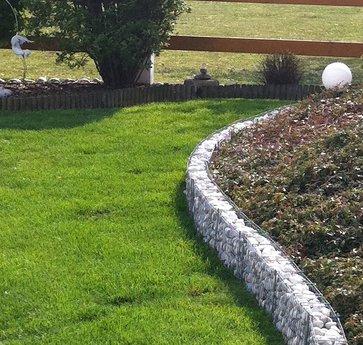 Abgrenzung der Rasenfläche mit einer Rasenkante   Lagerhaus